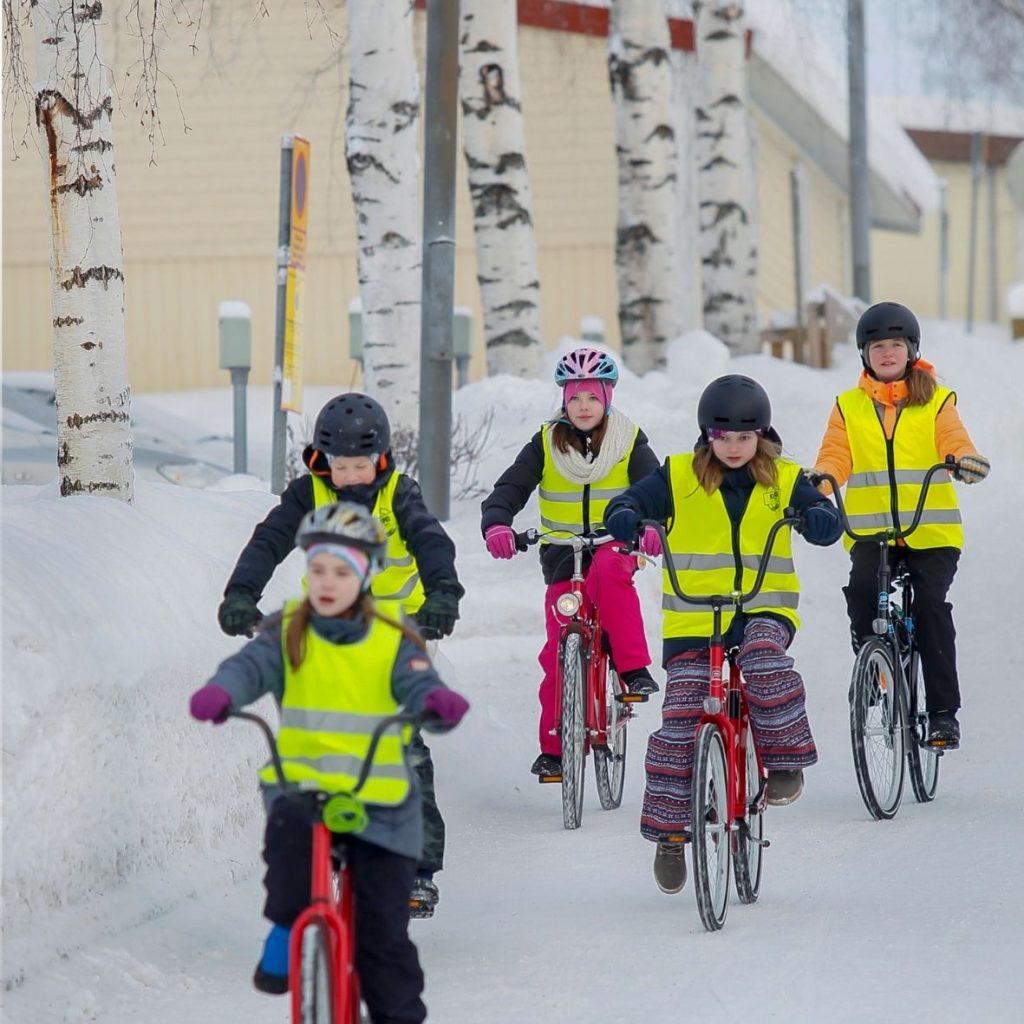 Lapsia pyöräilemässä talvella