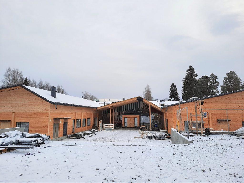 Vesannon puukoulu rakennusvaiheessa talvimaisemassa